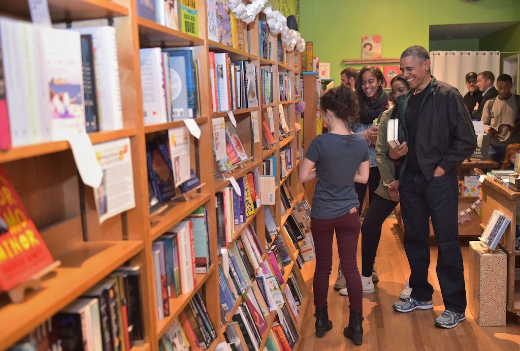 Bookstore manager Anna Thorn, back turned, talking to Obama (photo: [MANDEL NGAN/AFP/Getty Images])