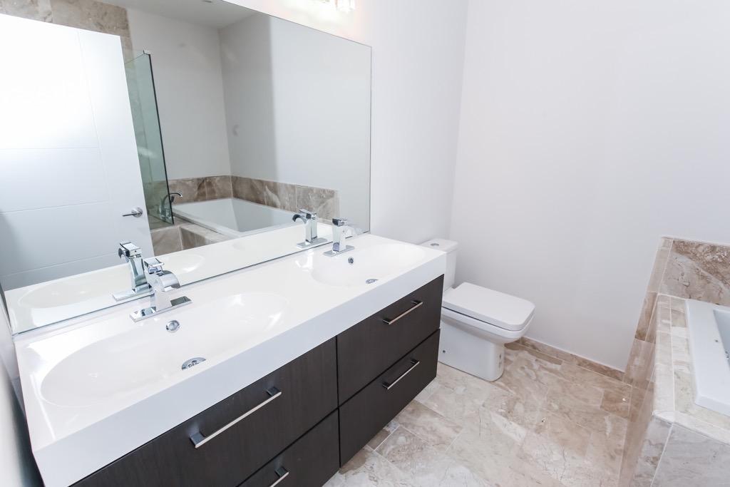 23 Master Bathroom - Unit 3.jpg