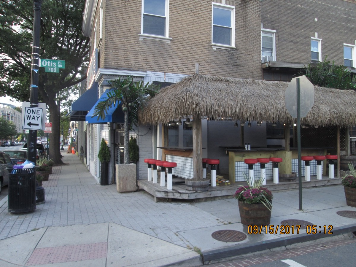 Outdoor seating along Otis creates new space for people to sit and enjoy the food. (photo: Bill White)