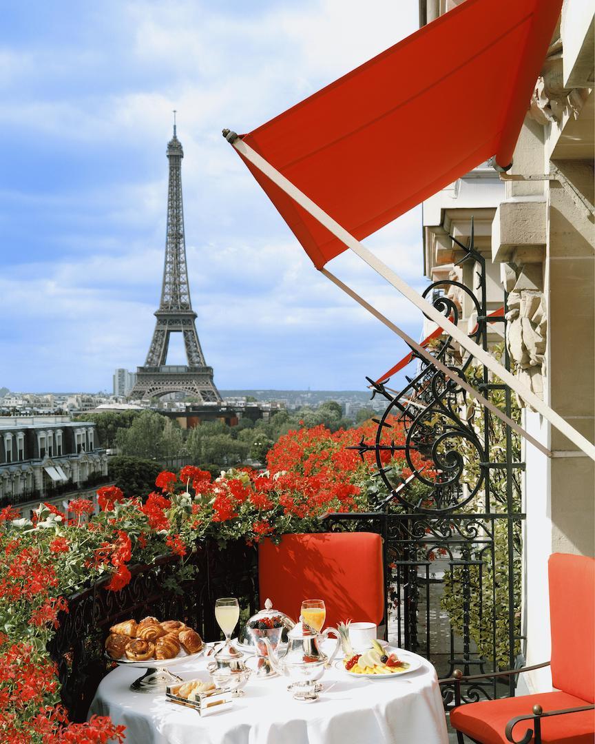 Hotel Plaza Athenee Eiffel Tower.jpg