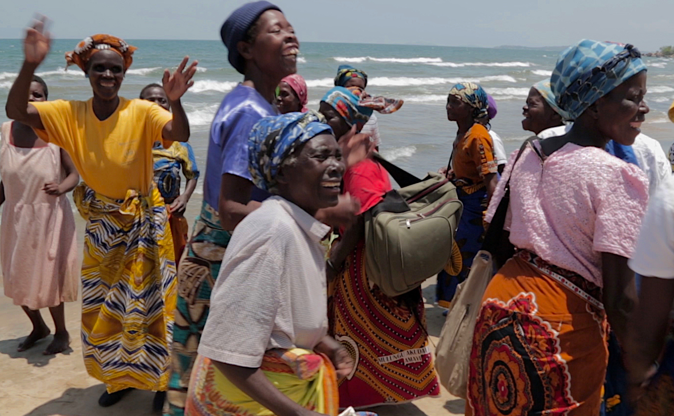 As thanks to their ground-breaking achievements, The Face-to-Face Project took the mothers to visit Lake Malawi — Malawi's most treasured landmark. Although only a 2 hours drive away, for most members this marked the first time to see the lake, and jubilation and joyful tears overflowed.