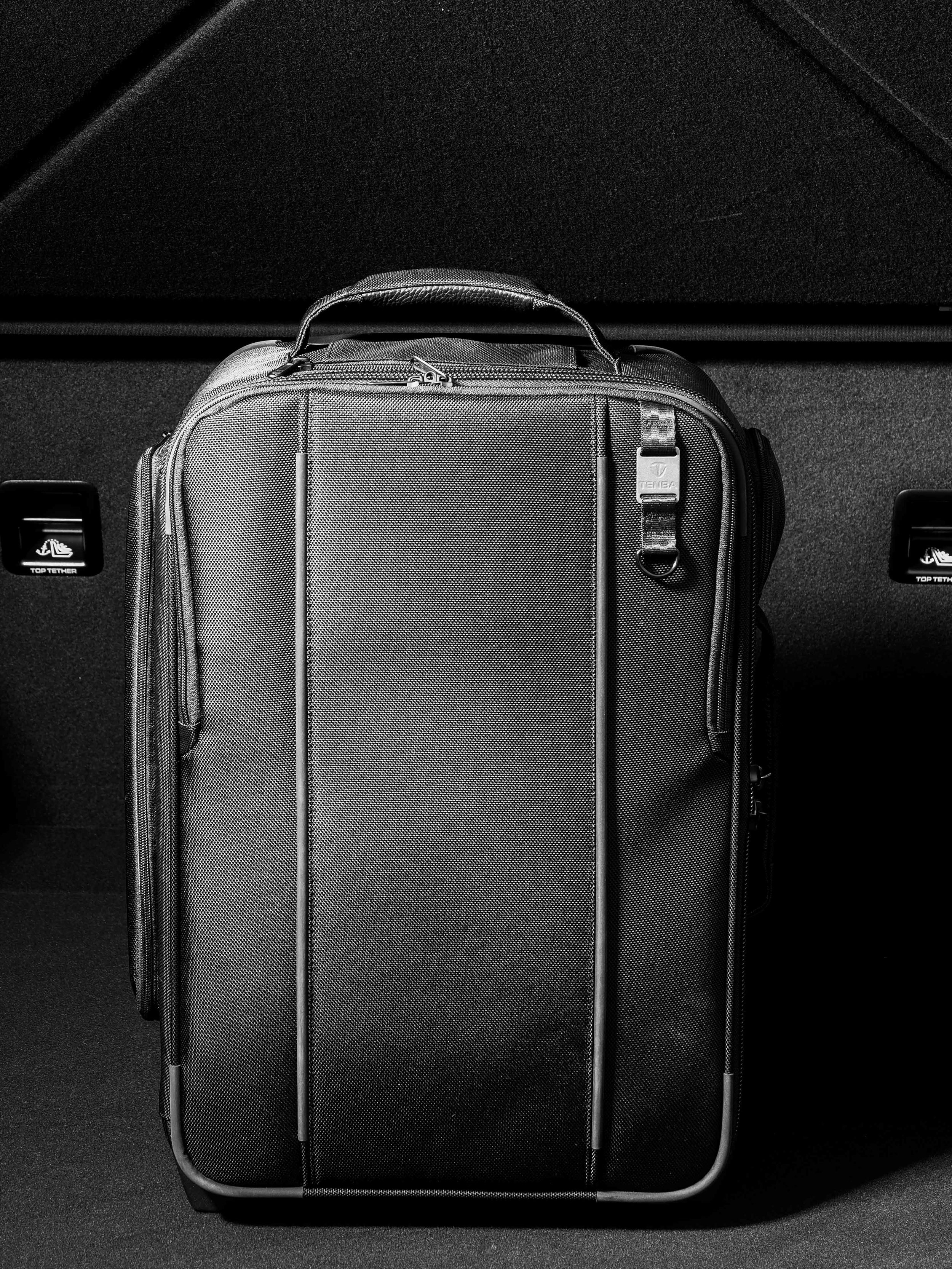 First Class Travel - Elegance and ProtectionTenba Roadie 21 Roller