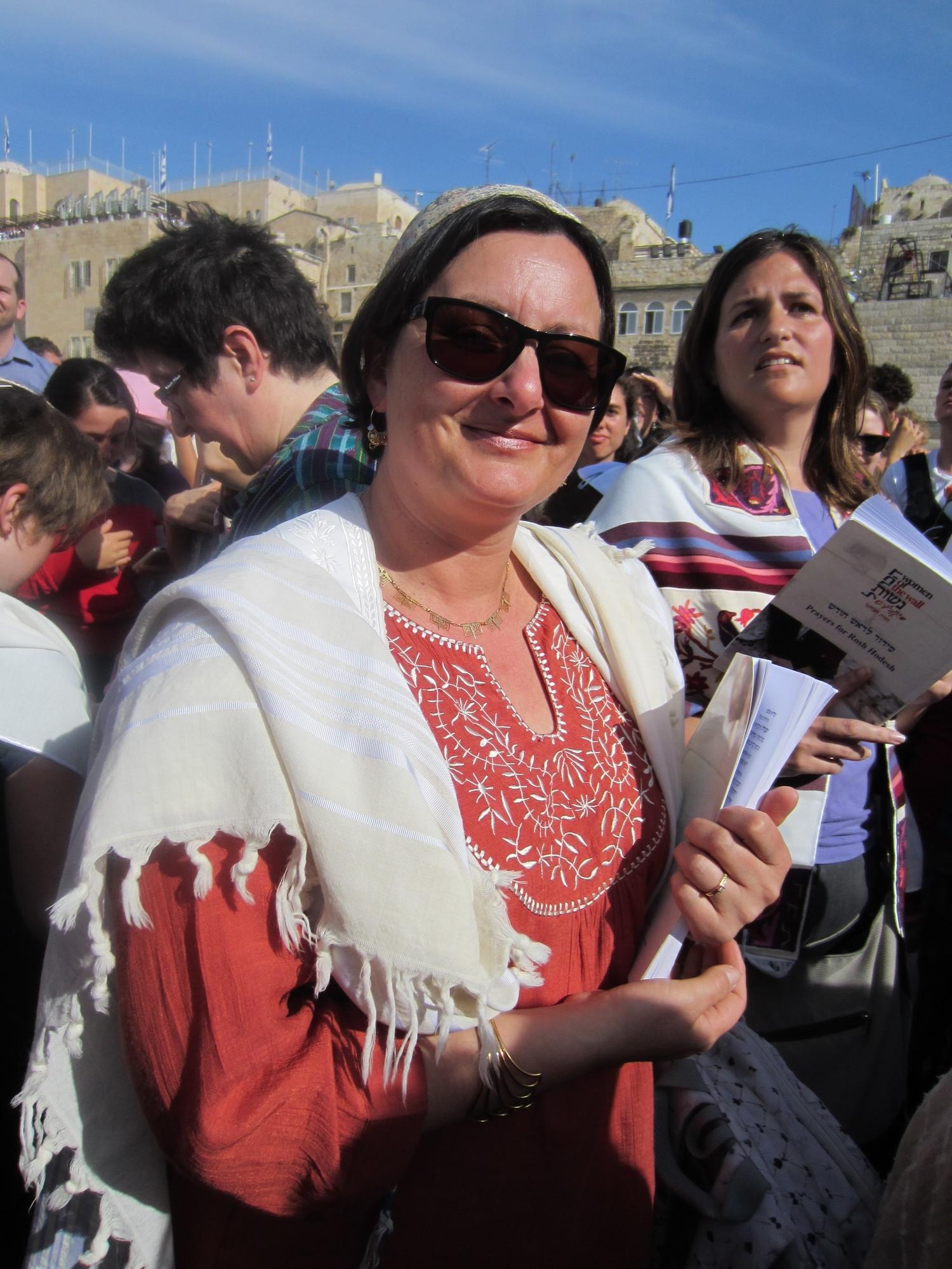 Dirigeant la priere de Roch Hodech avec les Femmes du Kotel