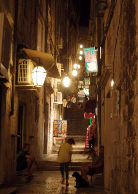 Wander up and down the alleys and find your favourite pubs and restaurants!