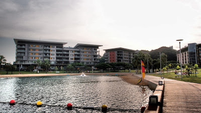 At the end of the city center there is a new area, the Wharf Precinct, with cute shops, cafés, a wave pool and a swimming lagoon