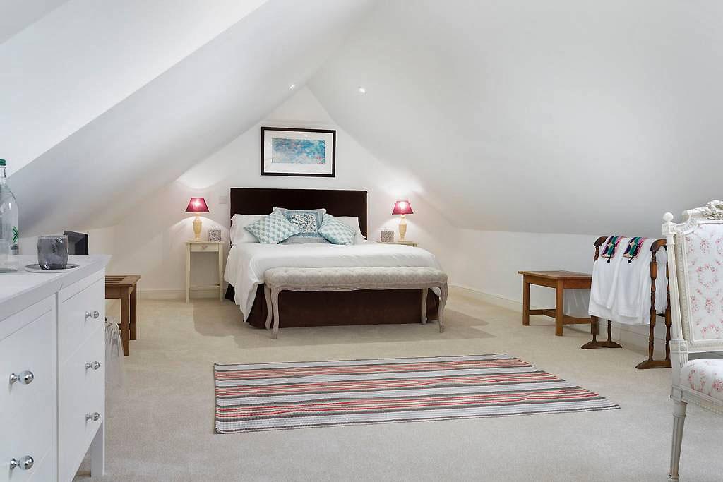 the-cotswold-way-studio-king-size-bedroom.jpg