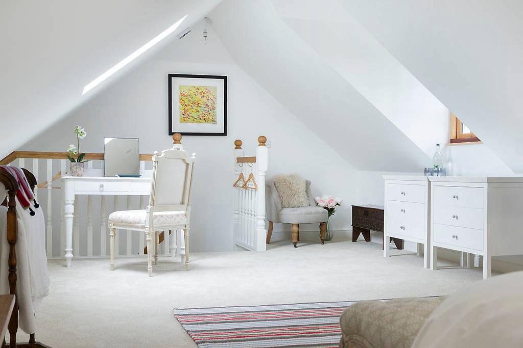 the-cotswold-way-studio-king-size-bedroom2.jpg