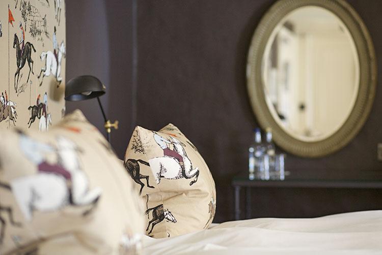 broadway-hotel-bedroom-horses-broadway-worcestershire-cotswolds-uk.jpg