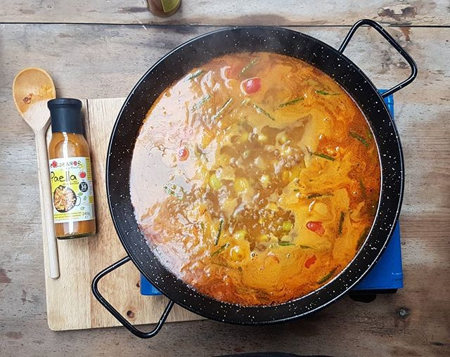Saturday morning at @albionfarmshop  Chicken and Chorizo paella with broad beans and peppers • • • • #paellasauce #paella #tapas #spain #spanishfood