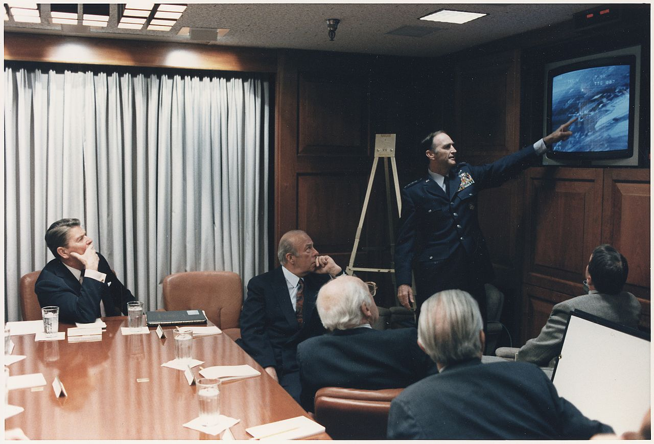 1280px-Photograph_of_President_Reagan_in_a_briefing_with_National_Security_Council_Staff_on_the_Libya_Bombing_-_NARA_-_198573.jpeg