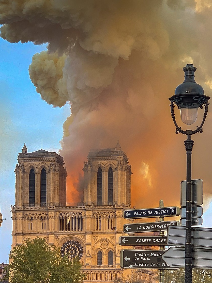 1024px-Notre_Dame_on_fire_15042019-1.jpg