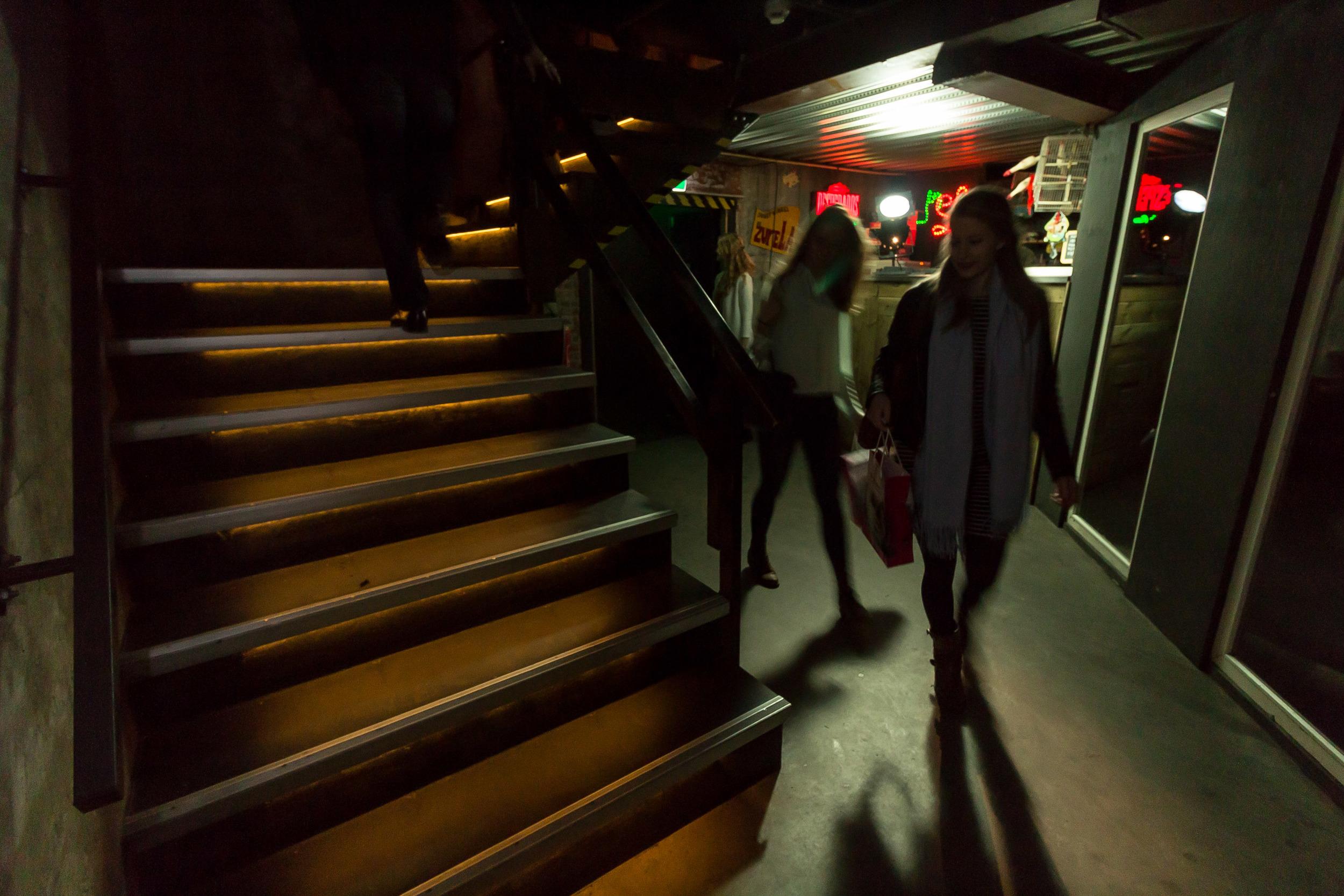 We gaan bijna van start met het dagprogramma. De deelnemers begeven zich door de catacomben van Radion naar de Grote Zaal.