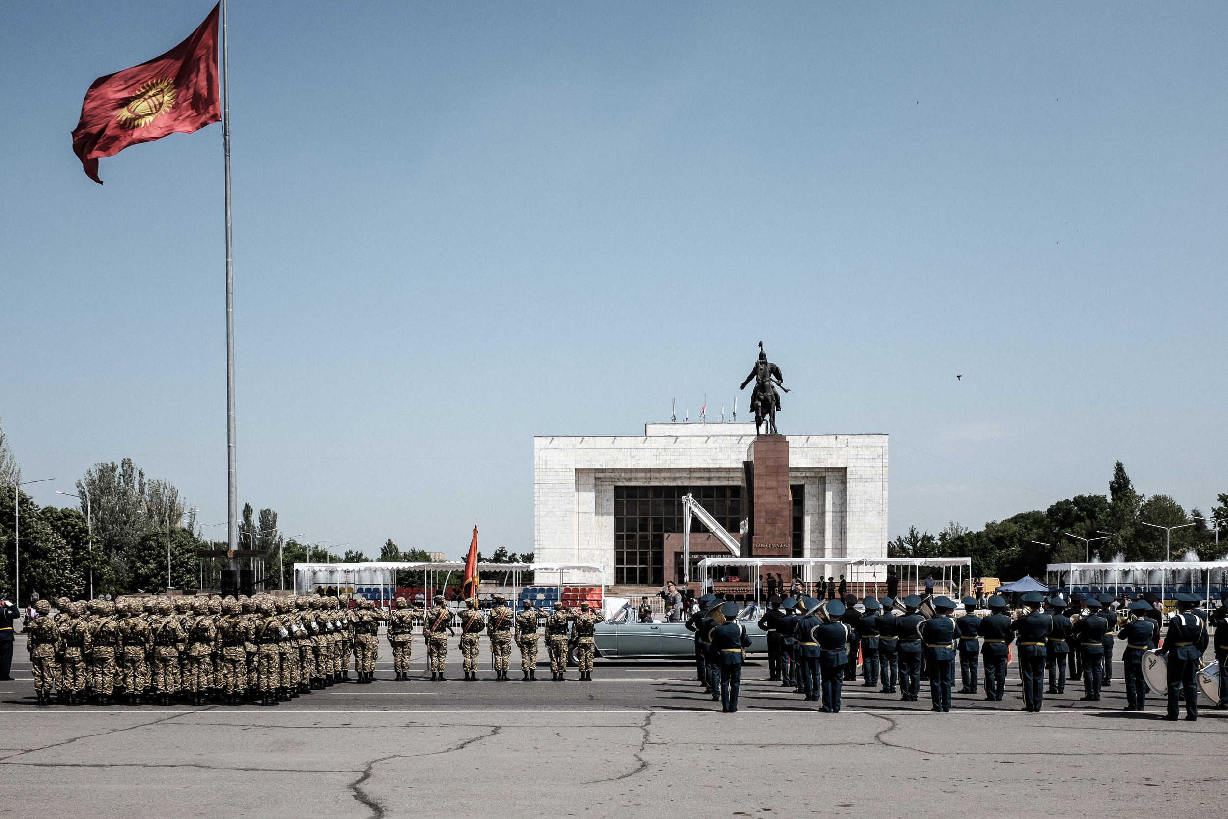 Chief of the General Staff of the Armed Forces Asanbek Alymkozhoev greets the participiants during the rehearsal for the Victory Day parade. Bishkek, Ala-too square, May 7, 2015