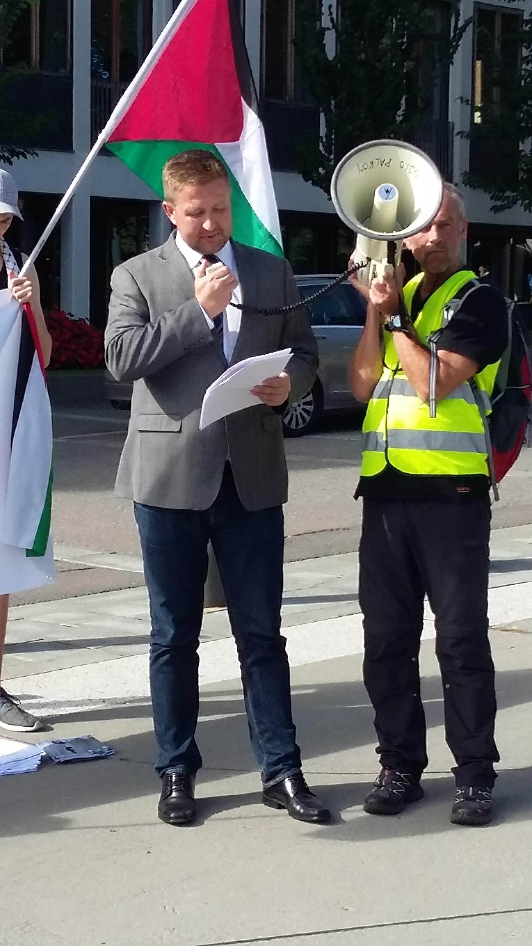 """Truls Wickholm (AP) som også holdt appell,oppfordret Erna: """"Kall hjem oljeminister Tord Lien!""""."""