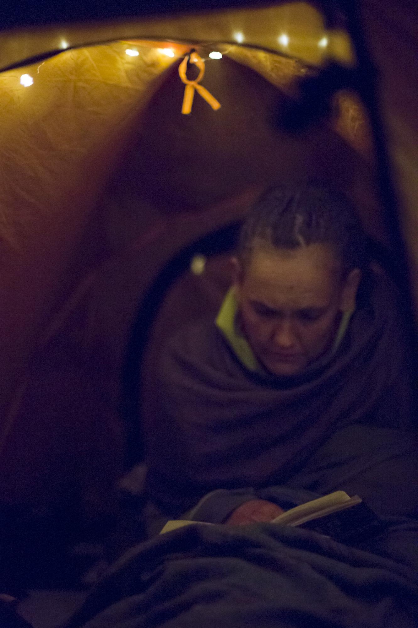 LESELYS:  En lyslenke skaper leselys på mørke kvelder. Vibeke liker ikke å bruke hodelykt, det assosierer hun for mye med jobb.