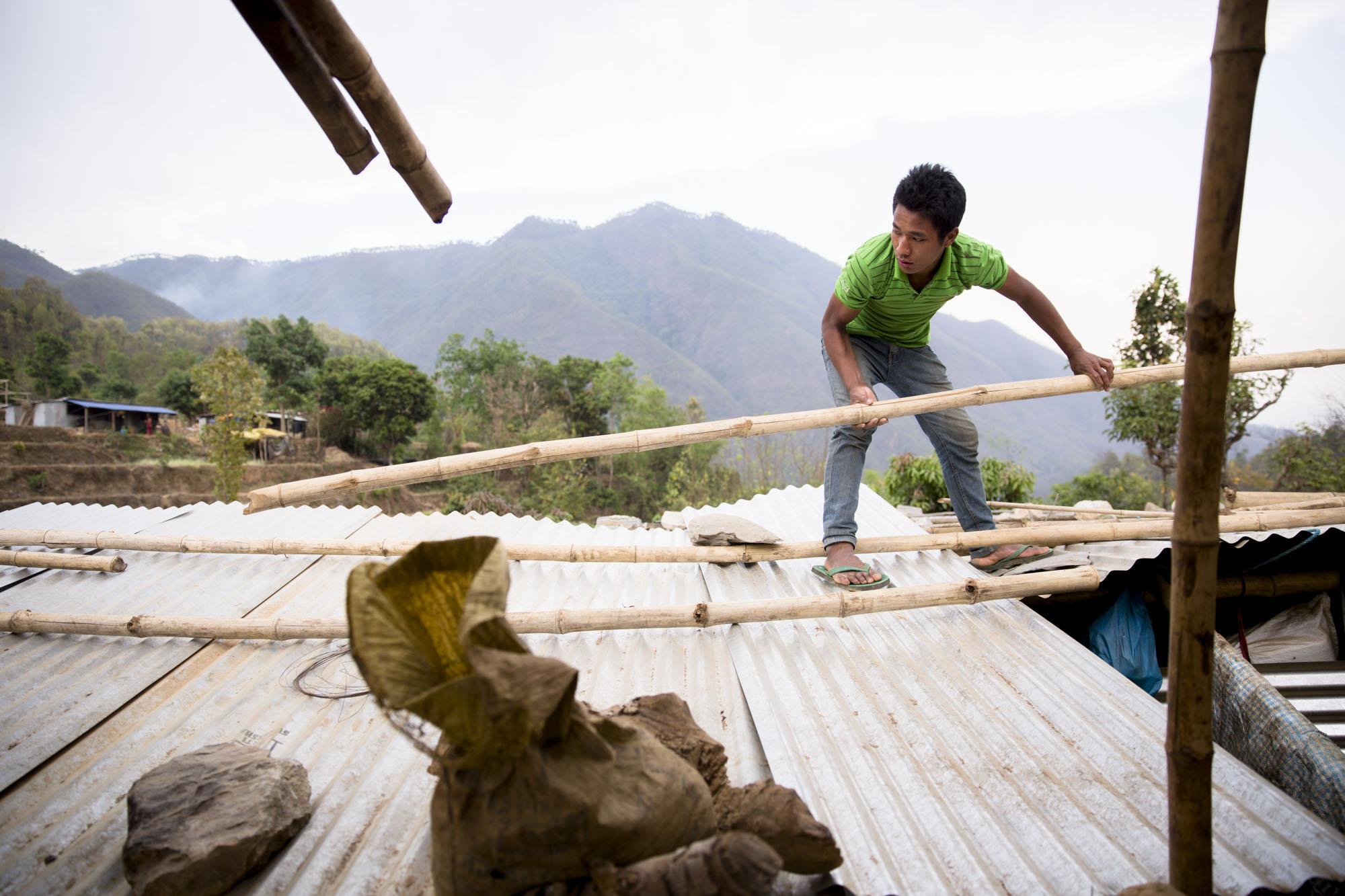 SIKRING:  Takene sikres med trestammer og steiner.