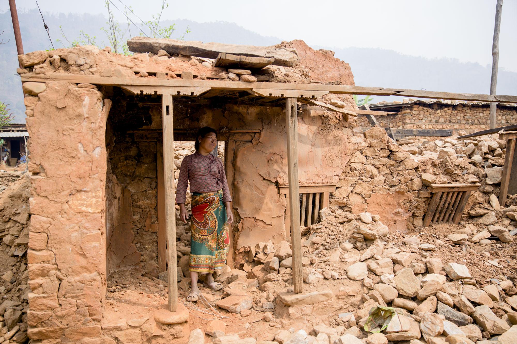 RUINER:  Huset hennes ble lagt i ruiner under jordskjelvet. Nå bor hun under presenning og   sprikende planker. Mer har hun ikke råd til.