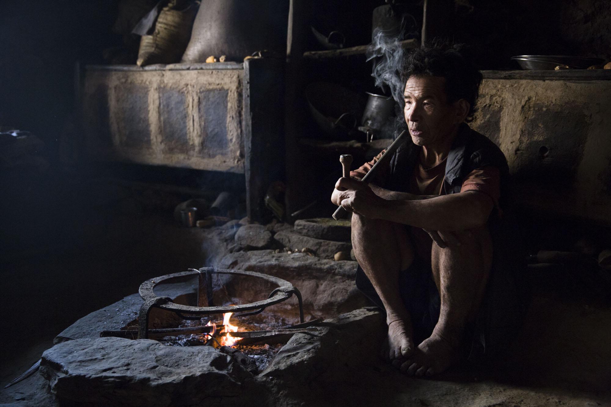 ALENE:  Sete Tamang Moktan (65) vil leve og dø i grottene. Her har han god plass og mulighet til å ta vare på dyrene sine.