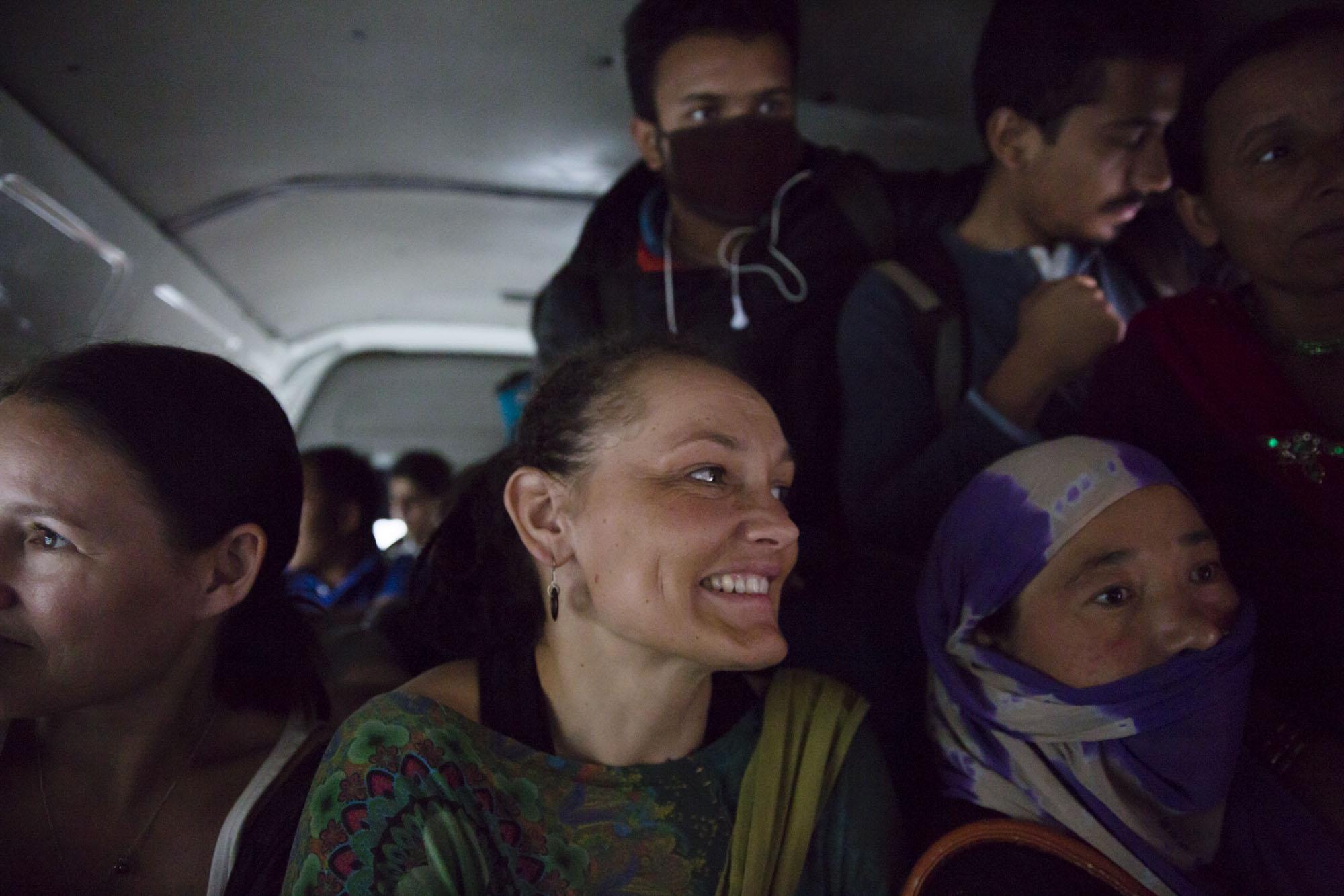 FULLT:  På lokalbussene i Kathmandu er det ingenting som heter intimsone. Når du tror det er fullt er det enda plass til noen til.