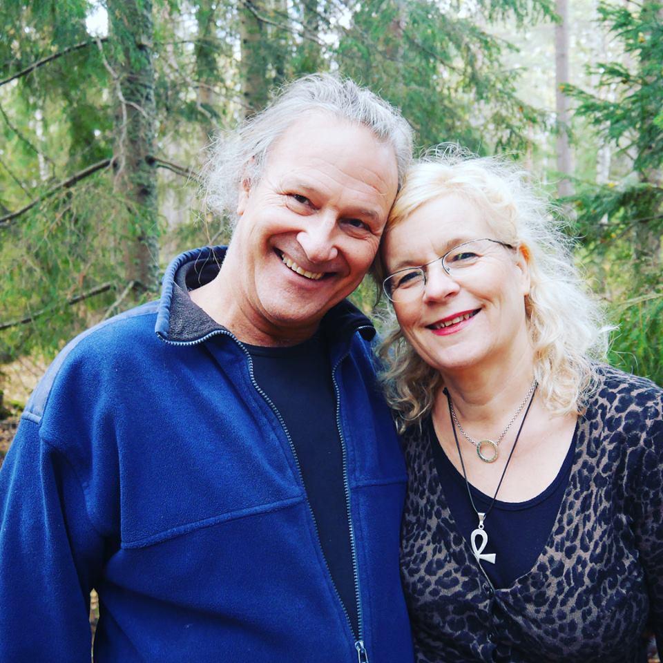 Charlotte och Staffan i skogen glada.jpg