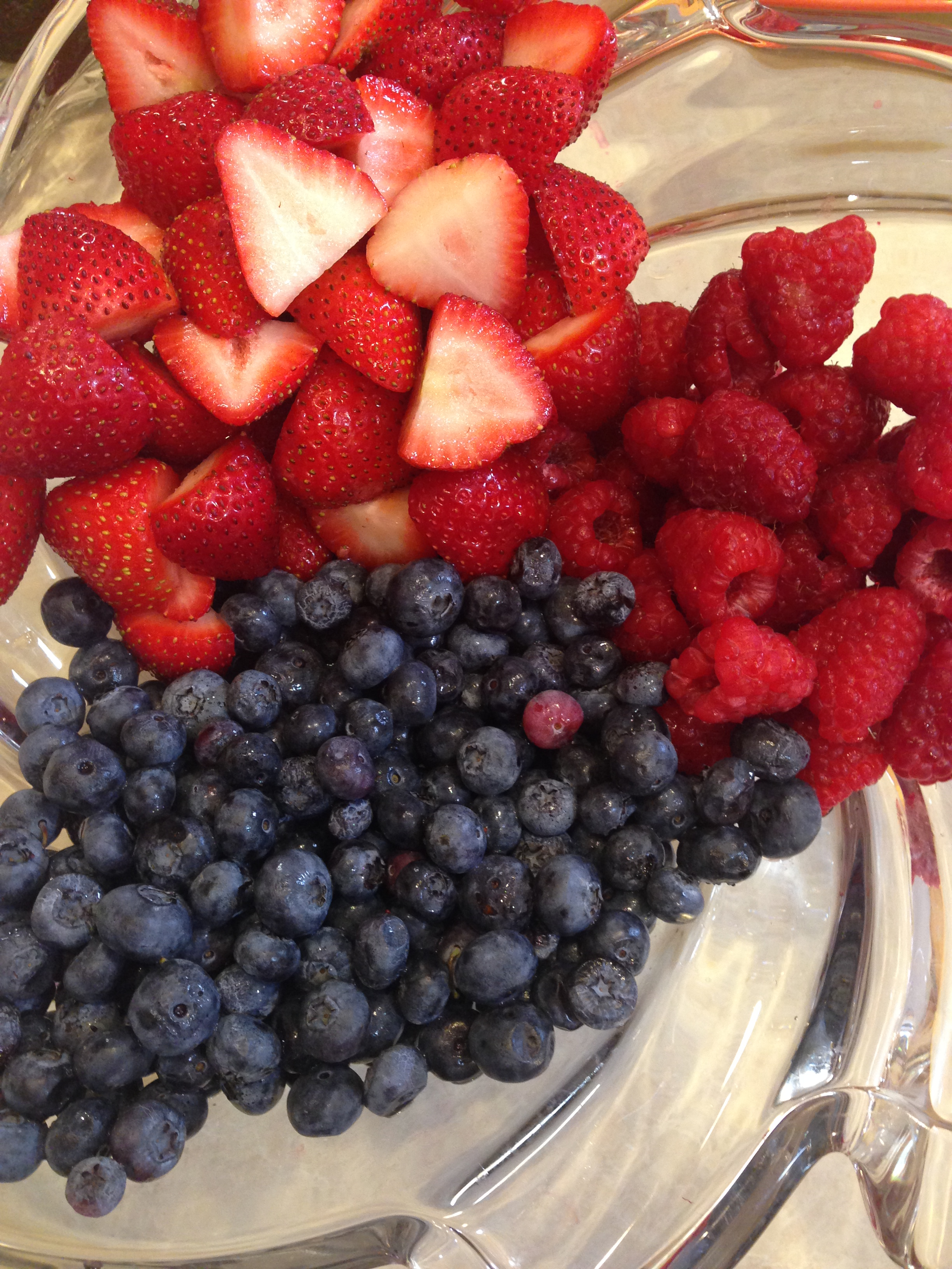 A simple and beautiful berry bowl for a buffet party!