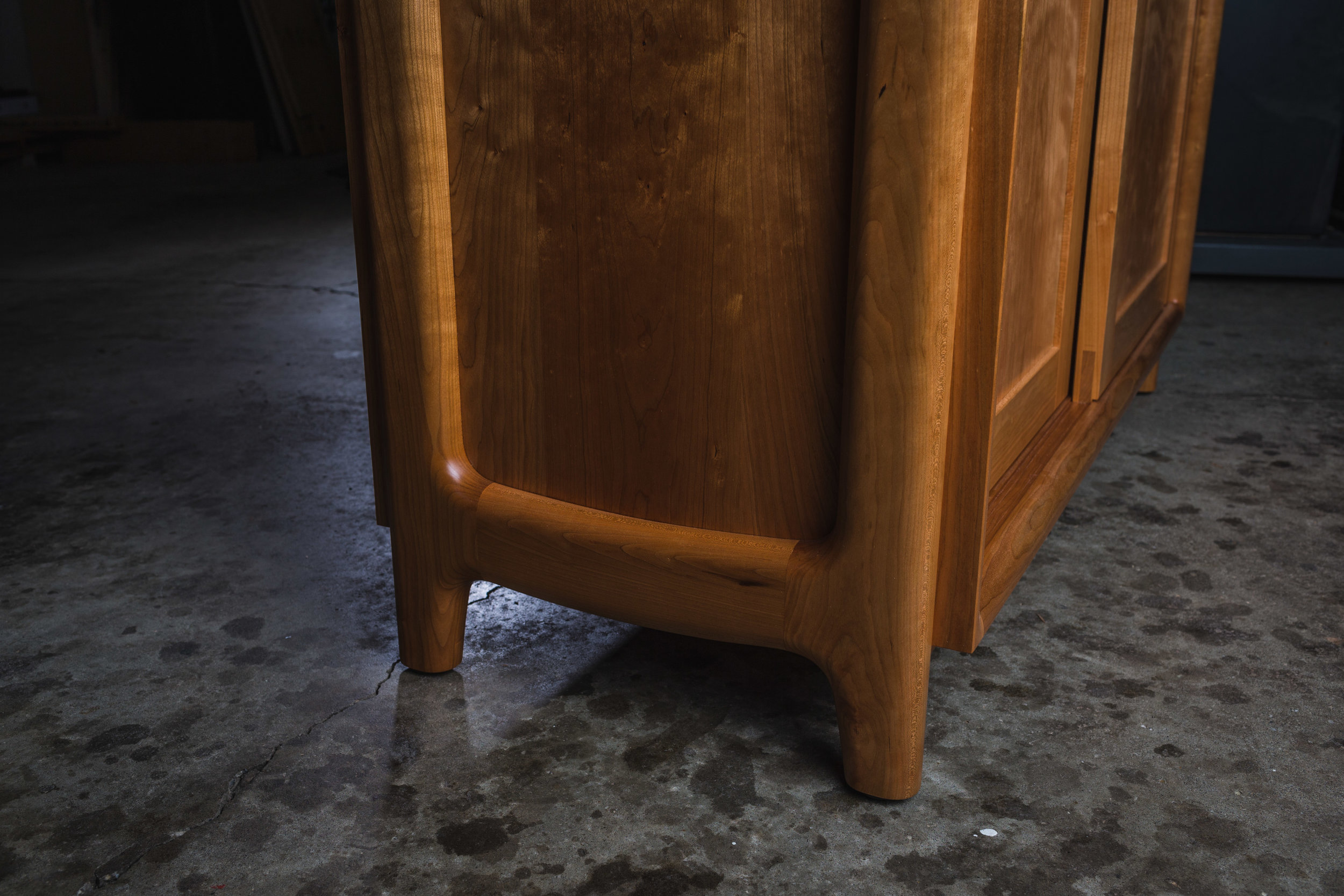 Cabinet detail: Case enclosed within leg design