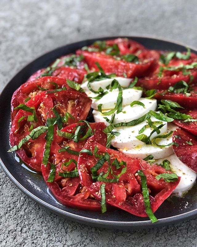 Made a 💣 caprese salad with those Cherokee purple tomatoes at the @marketsquarefarmersmarket from my Insta story! @kaitandketo posted one of her go-to meals on her Insta today (look at it next, btw, because it is 🤤-worthy), & this is one of mine. So quick & easy when good tomatoes are around & I don't think it's any secret this is one of my favorite foods. I've made prettier, but this took less than 5 minutes, which is cool because I PASSED OUT when we got home after waking up at 4:30 a.m. & spending the day out🤰🏼🤷🏼‍♀️⠀ •⠀ I love mine with balsamic reduction, but lately I've been doing straight white balsamic—so fresh & so clean (clean) 🍅🌿🍴⠀ •⠀ P. S. Cherokee purples are my favorite tomatoes. The darker and lumpier the better! I was SO excited to see them today. I expected them to be all over the place in Tennessee, but this is the first time I've seen them since moving here in 2013 🤯. Have you tried them?? 🍅🍅🍅