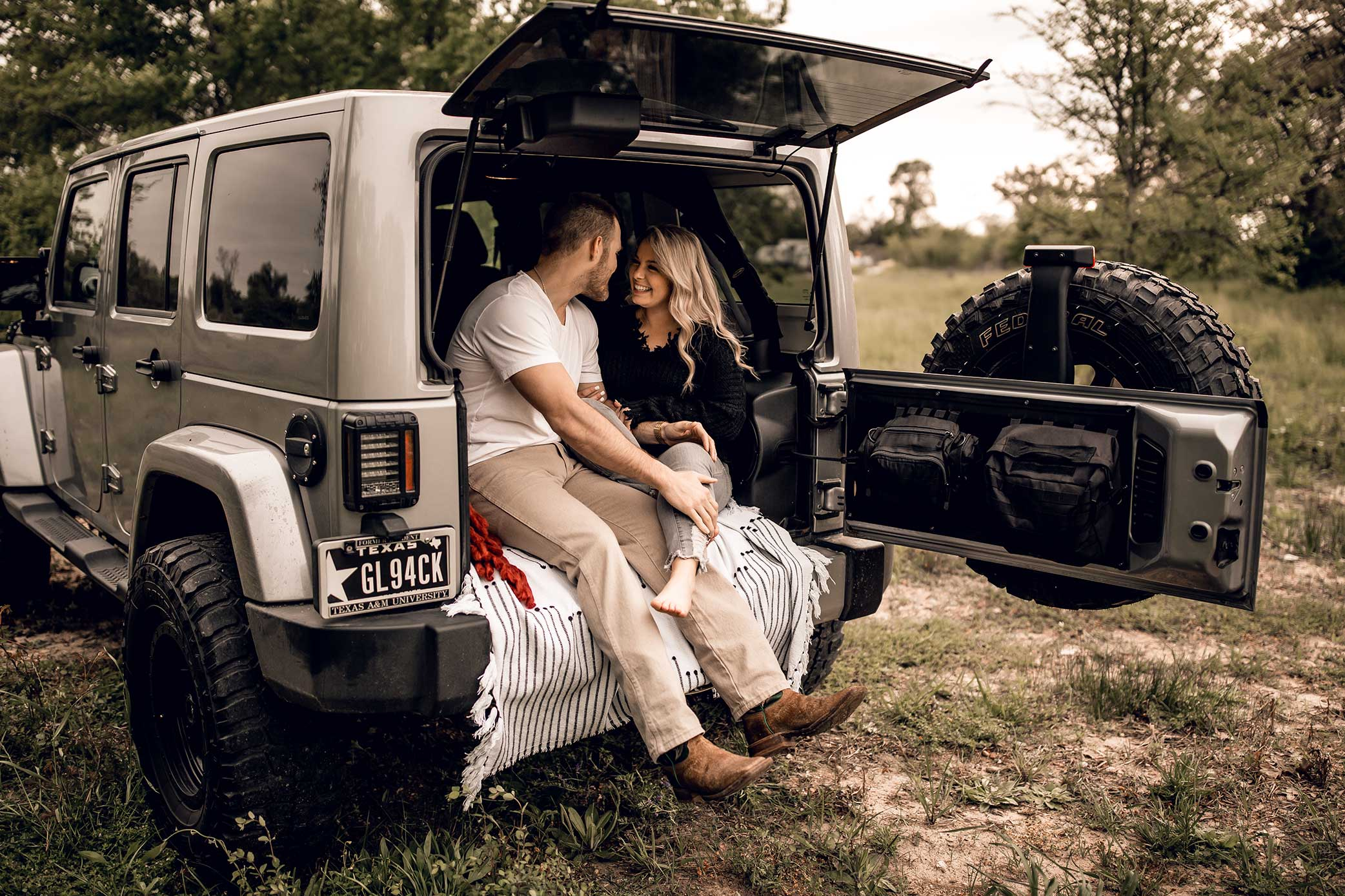 shelby-schiller-photography-lifestyle-couples-remi-colt-outdoor-jeep-adventure-2.jpg