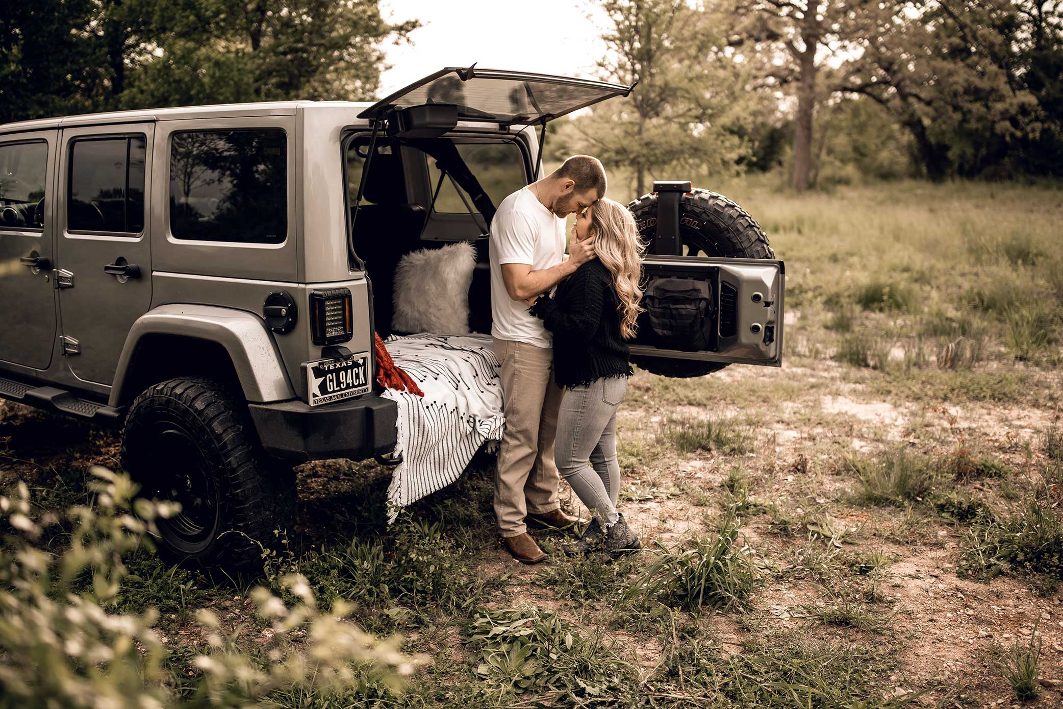 shelby-schiller-photography-lifestyle-couples-remi-colt-outdoor-jeep-adventure-6.jpg