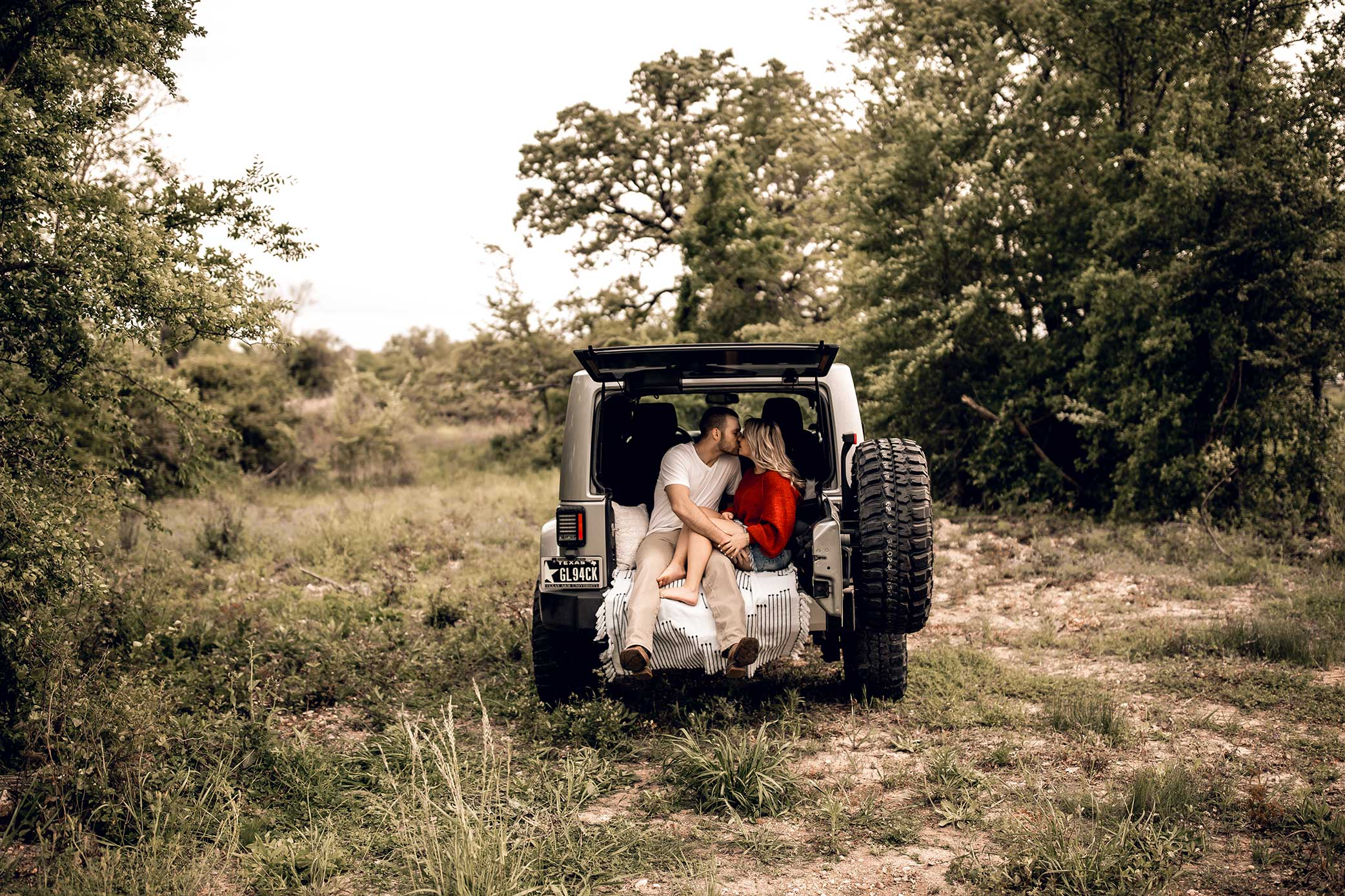 shelby-schiller-photography-lifestyle-couples-remi-colt-outdoor-jeep-adventure-26.jpg