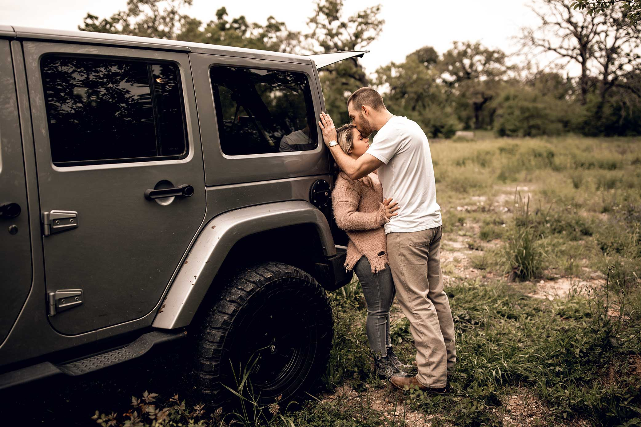 shelby-schiller-photography-lifestyle-couples-remi-colt-outdoor-jeep-adventure-36.jpg