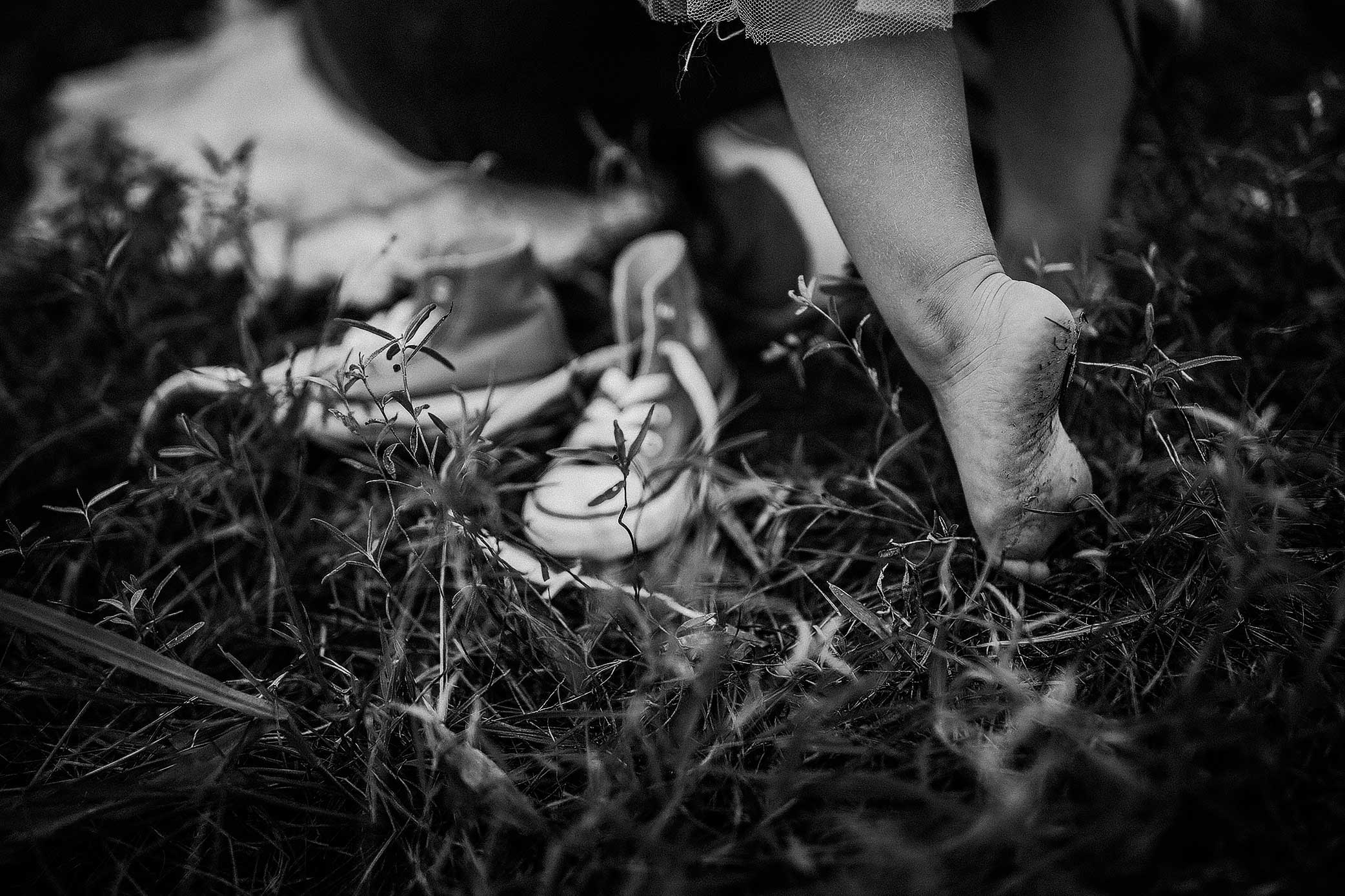 shelby-schiller-photography-family-child-barefoot-and-converse.jpg