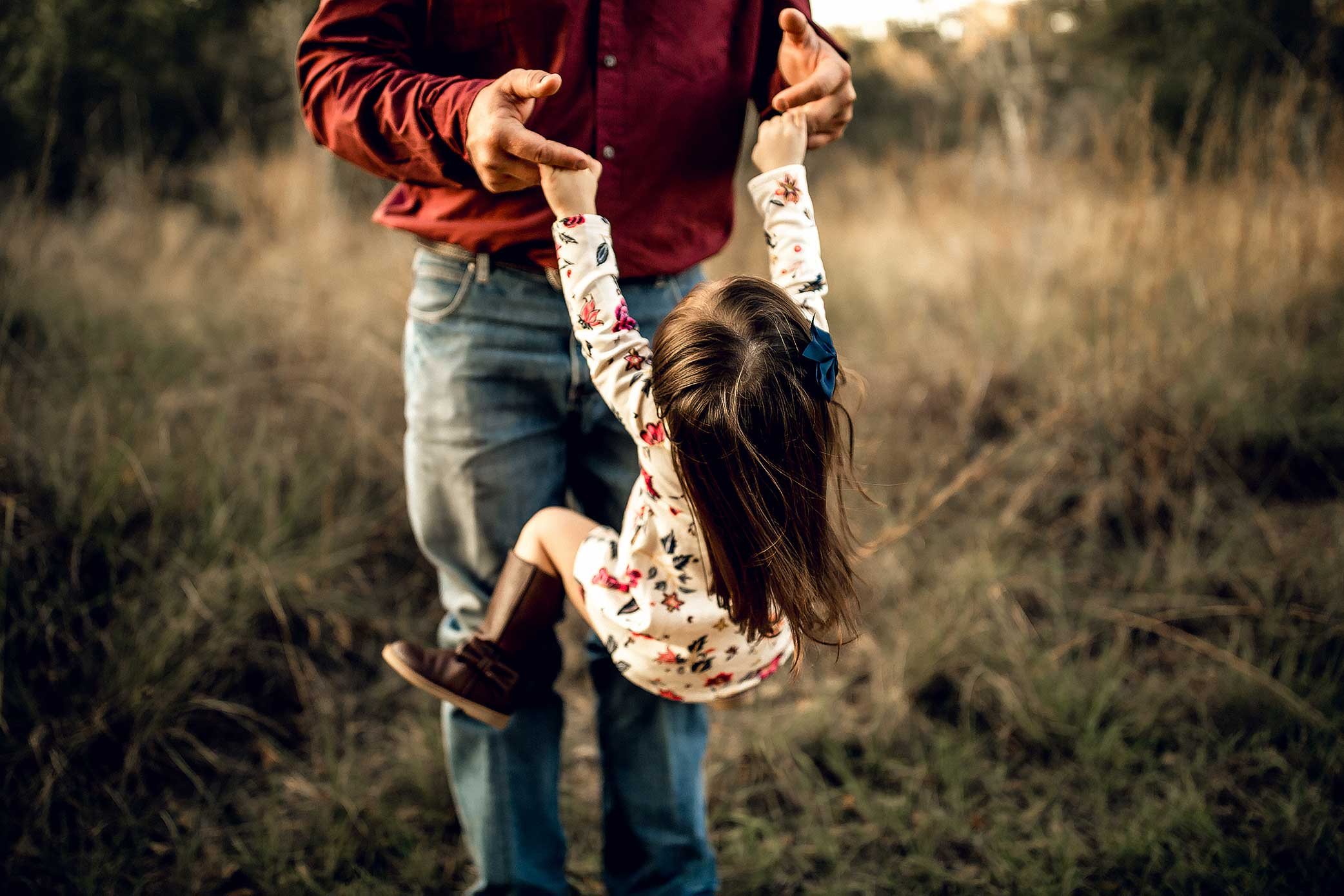 shelby-schiller-photography-family-dad-swinging-daughter.jpg