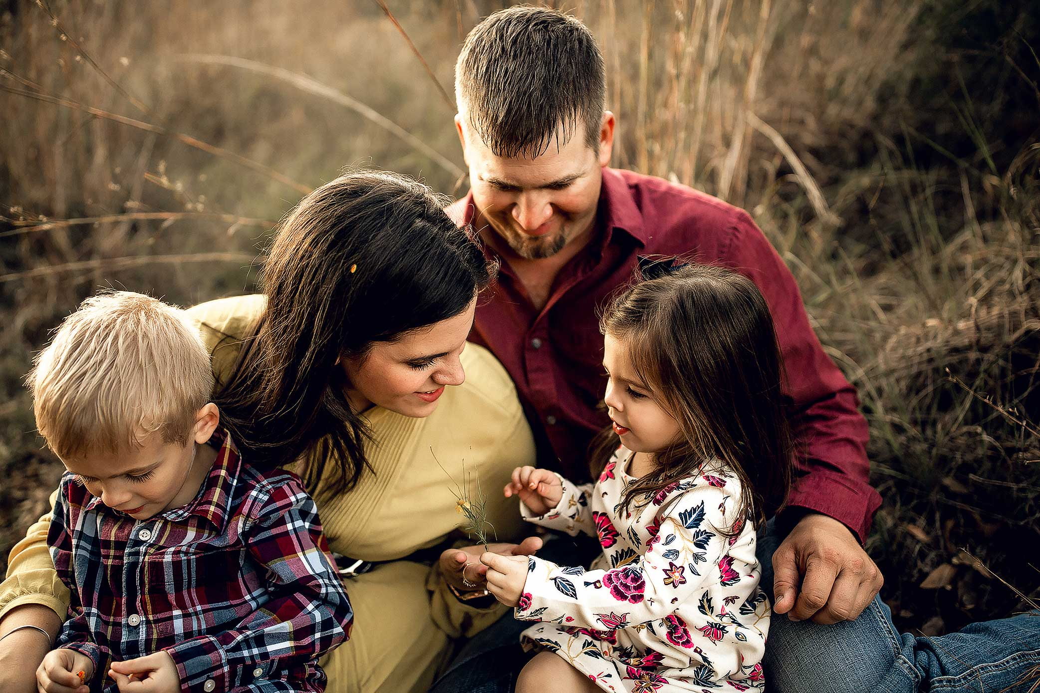 shelby-schiller-photography-family-snuggled-up-together-storytelling-session.jpg