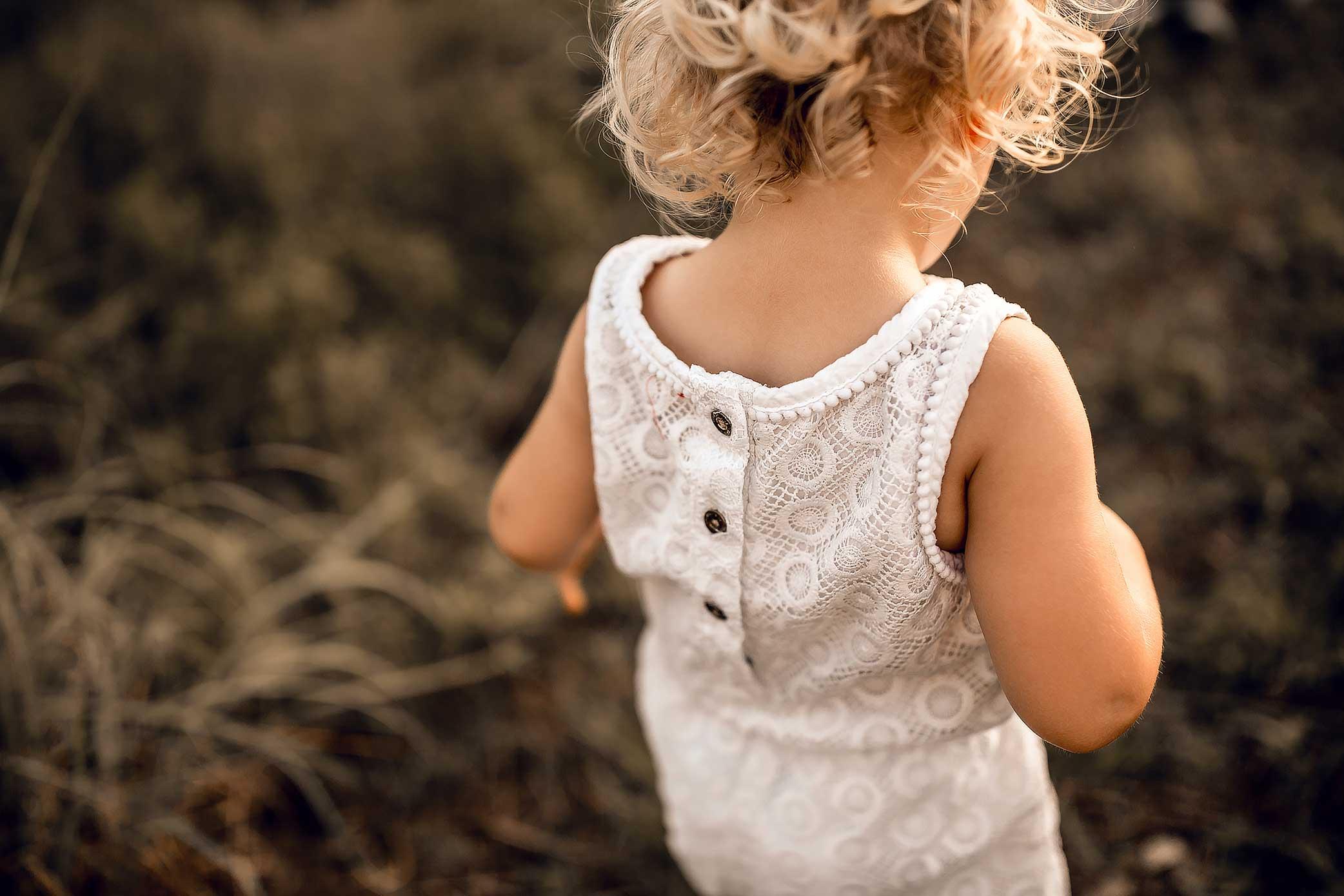 shelby-schiller-photography-family-toddler-adventuring-shoulders.jpg