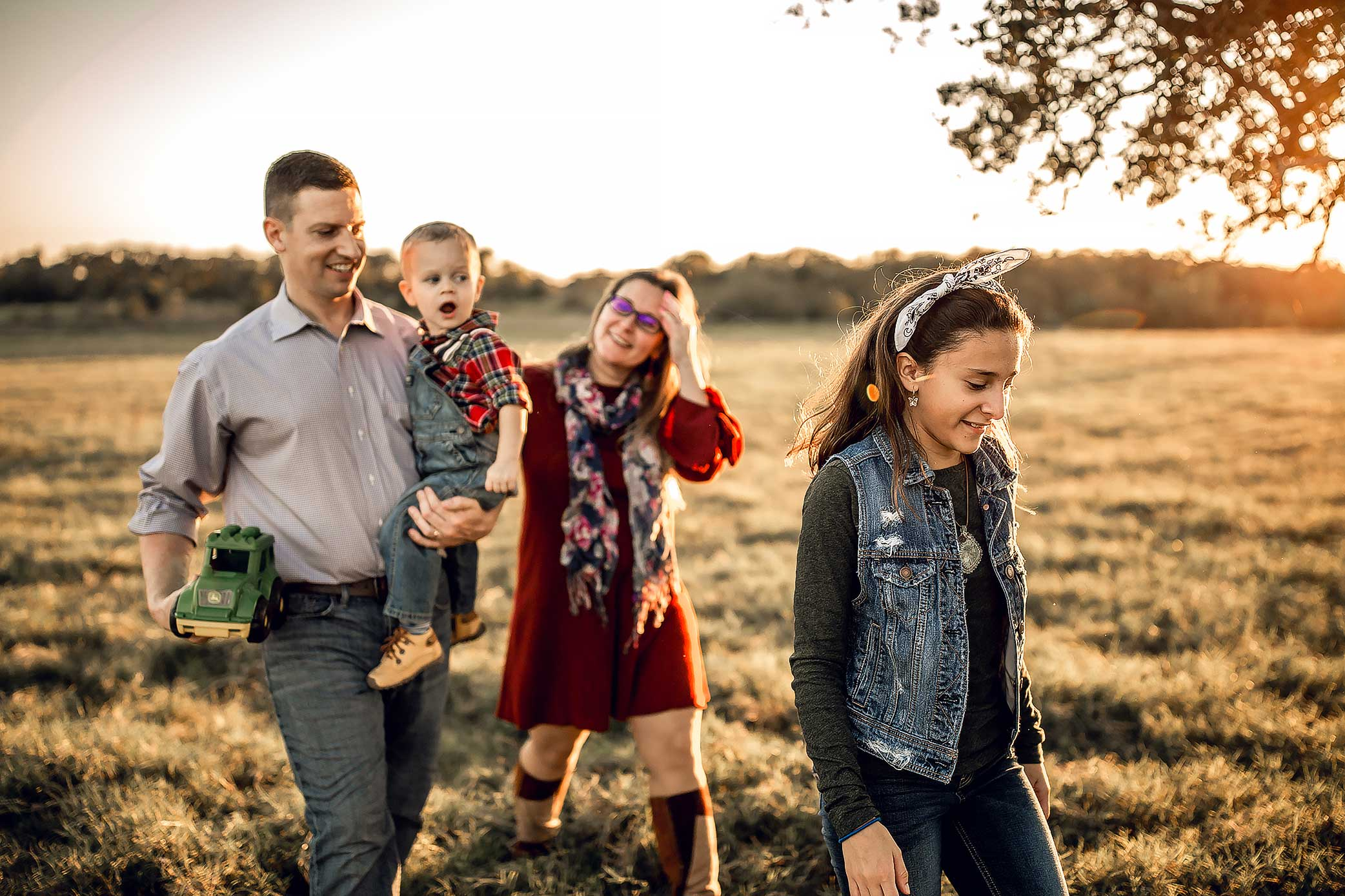 shelby-schiller-photography-family-walking-through-field.jpg