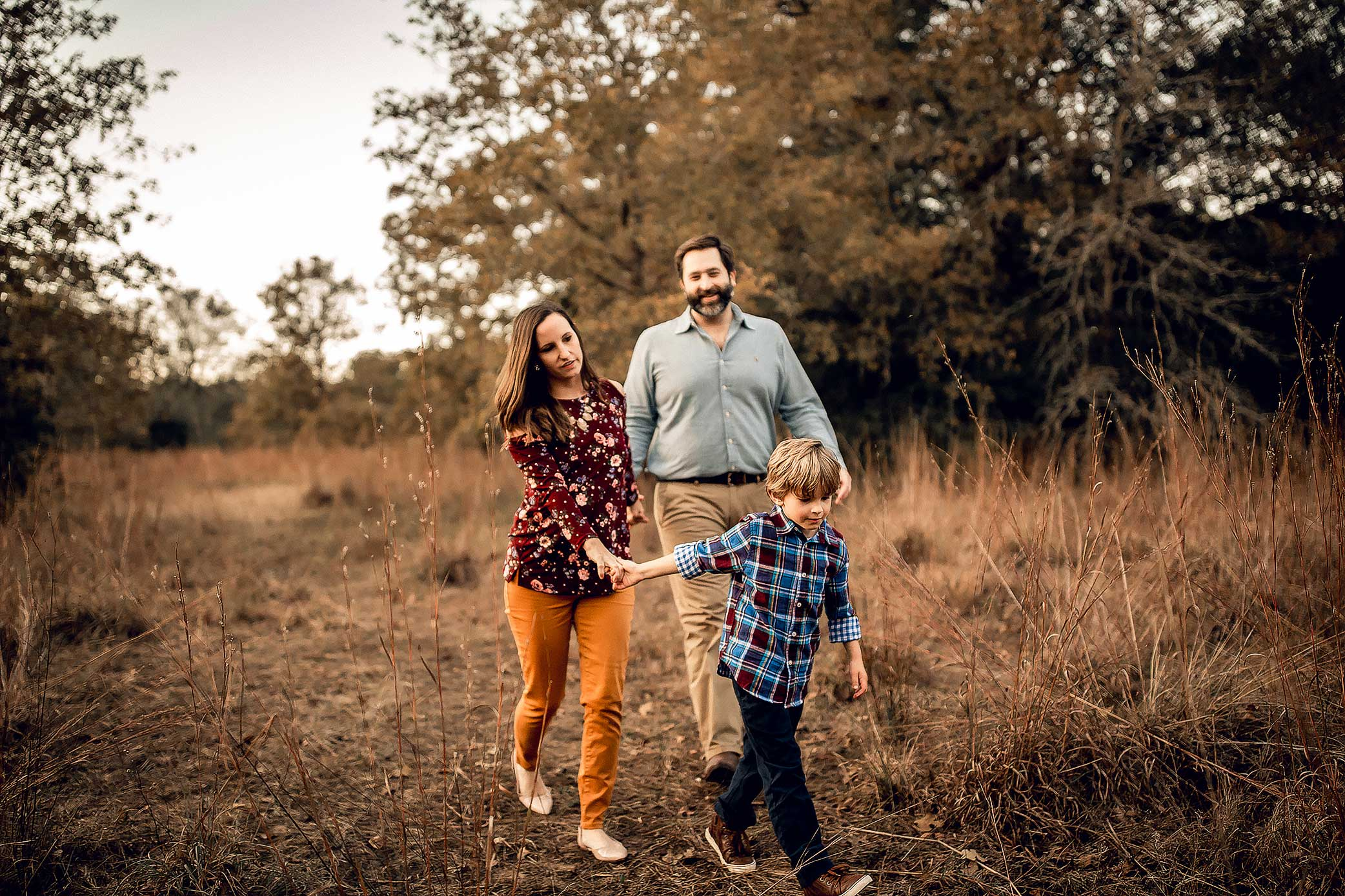 shelby-schiller-photography-family-walking-trails-holding-hands-for-an-adventure.jpg