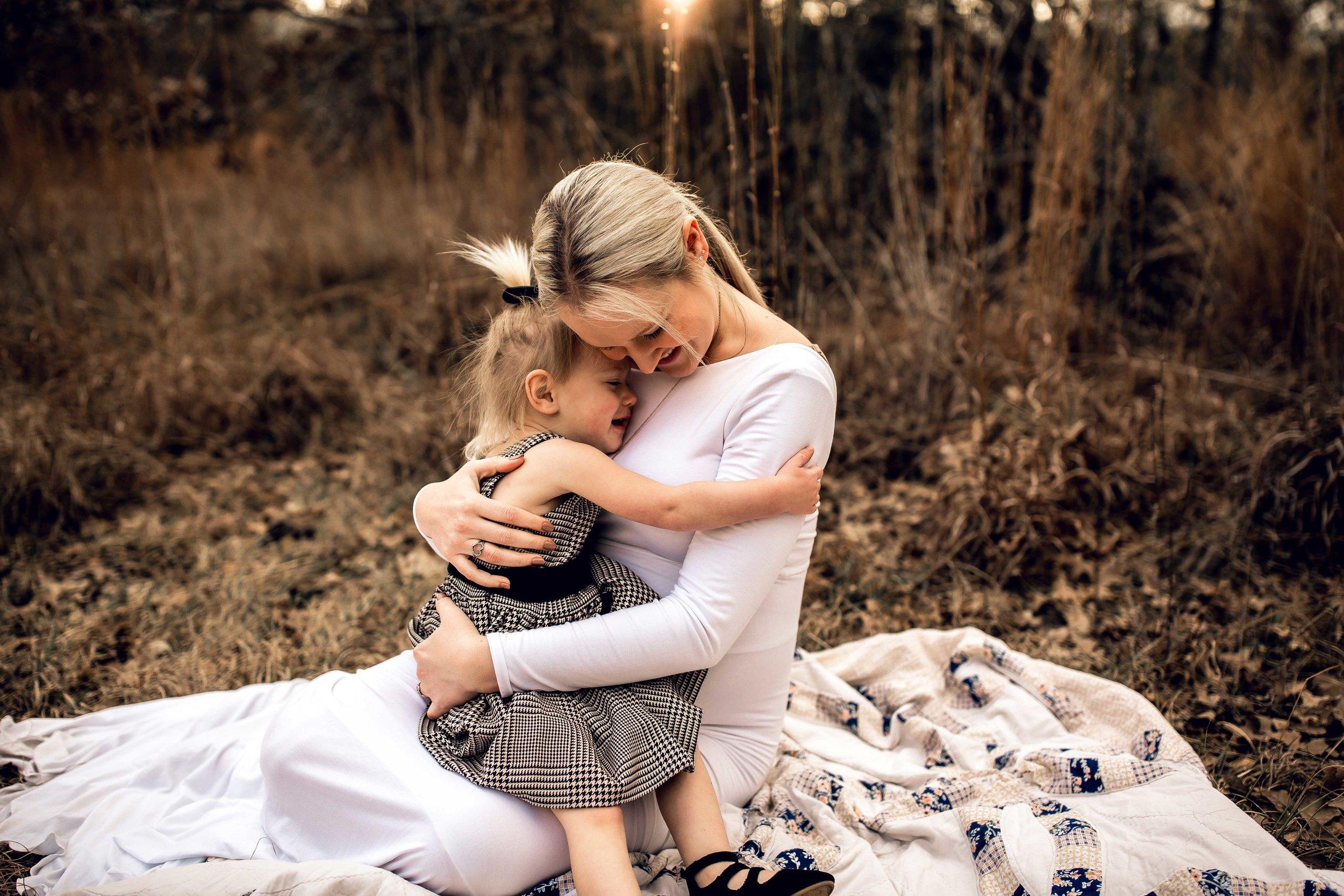 shelby-schiller-photography-maternity-daughter-hugging-mom.jpg