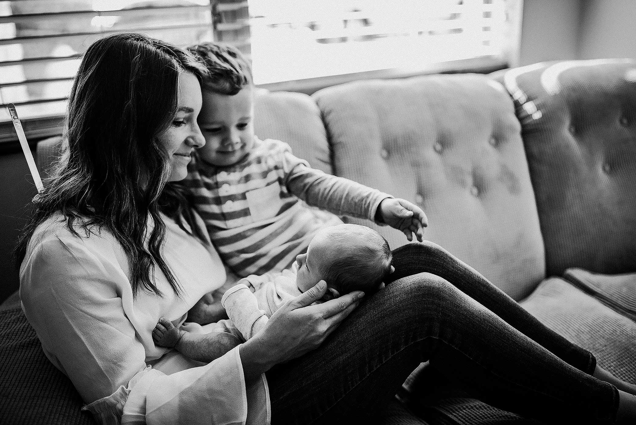 shelby-schiller-photography-lifestyle-newborn-big-brother-mom-and-baby-on-couch.jpg