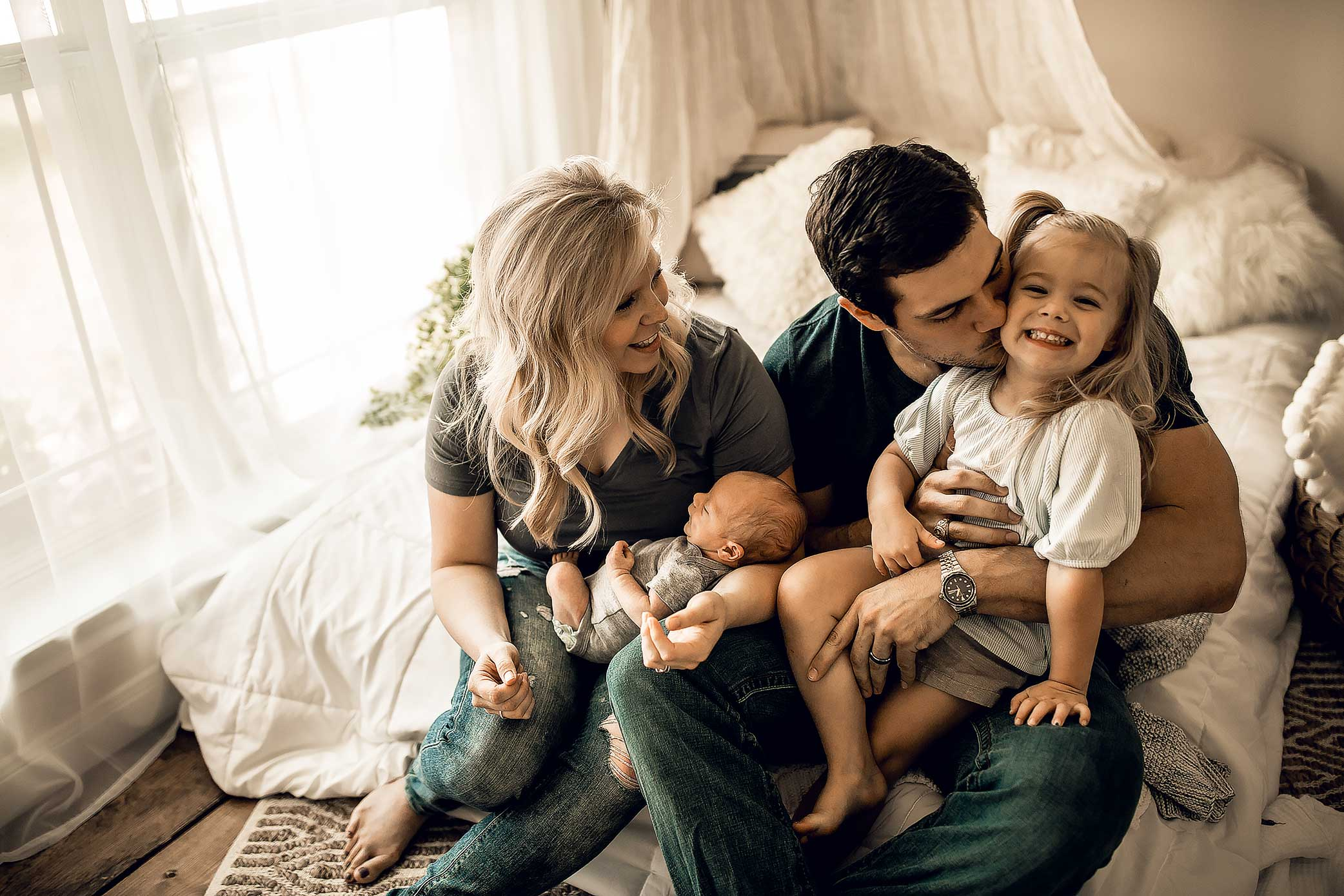 shelby-schiller-photography-lifestyle-newborn-family-laughing.jpg