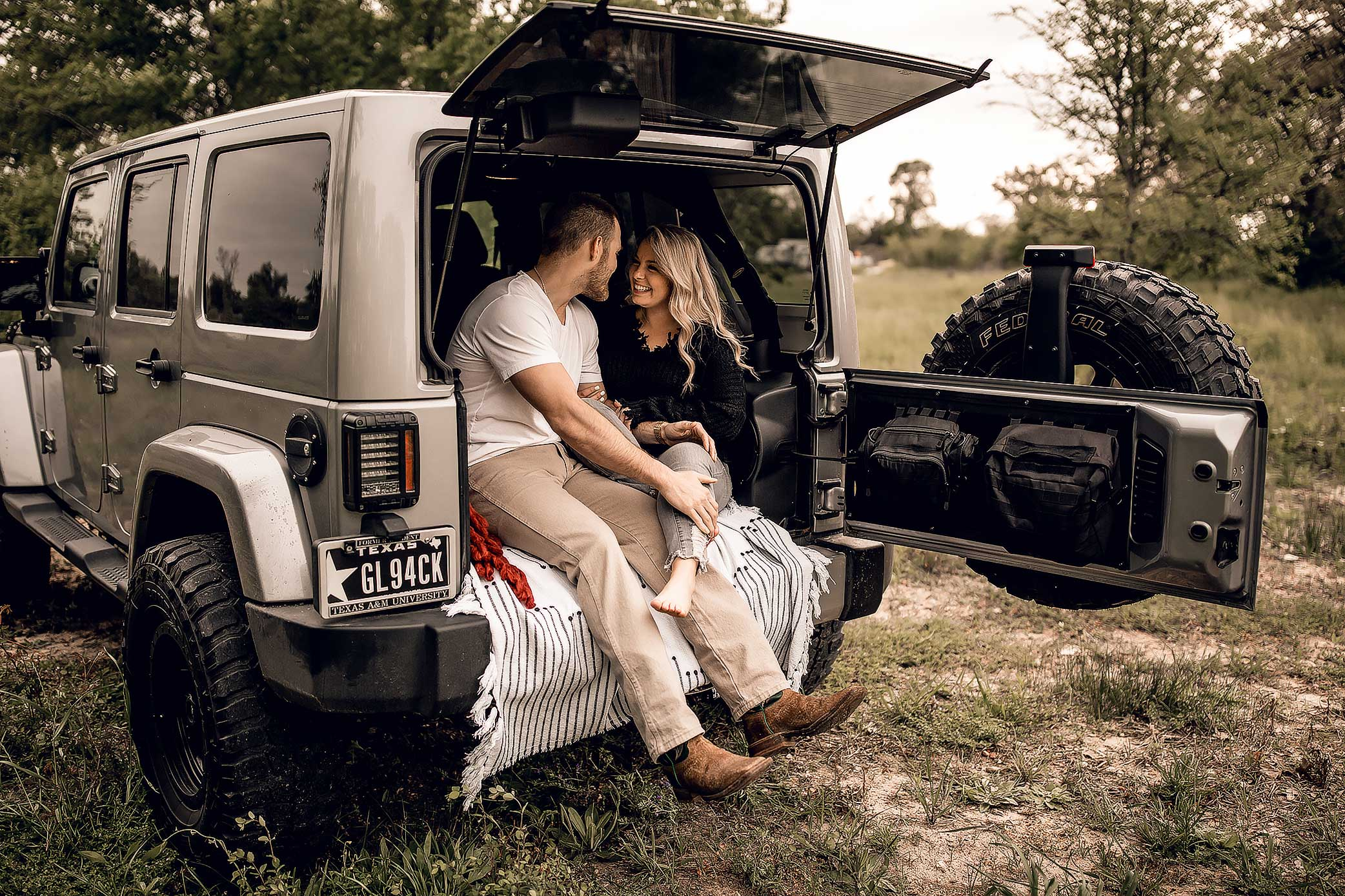 shelby-schiller-photography-couples-adventure-jeep-session.jpg