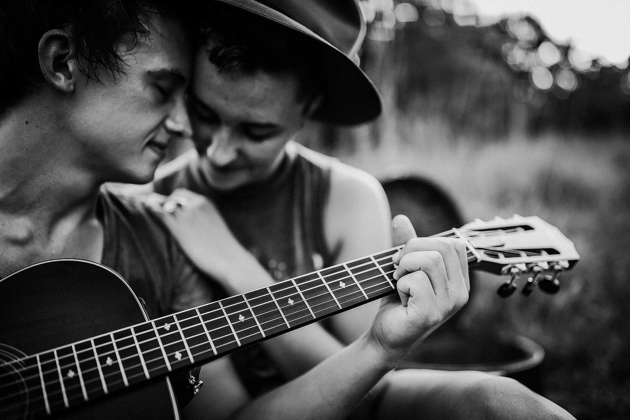 shelby-schiller-photography-couples-close-up-playing-guitar.jpg