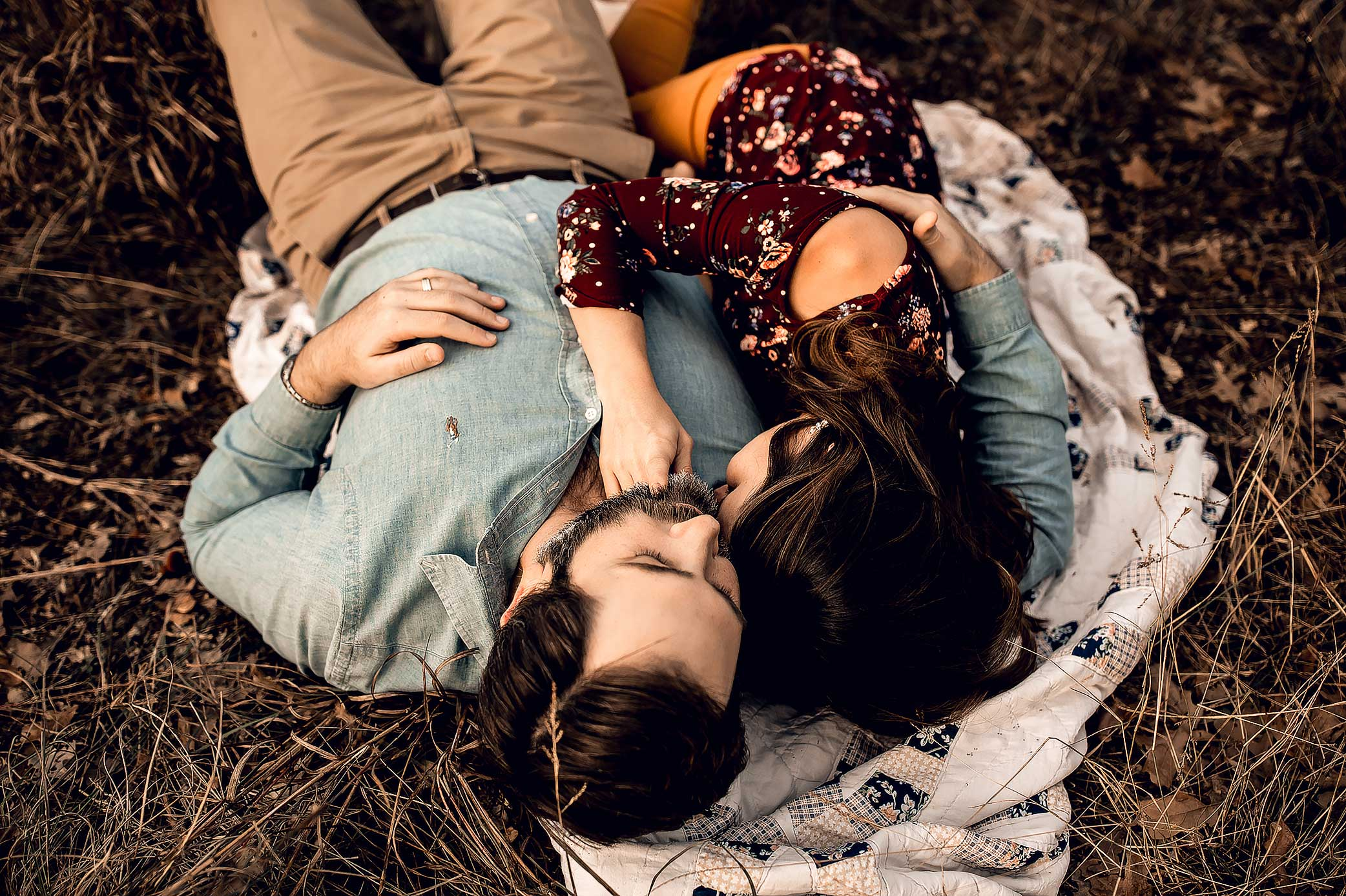 shelby-schiller-photography-couples-snuggled-and-laying-on-blanket.jpg