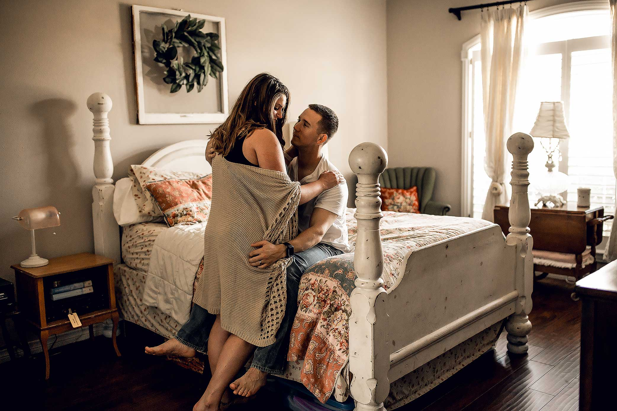 shelby-schiller-photography-intimate-lifestyle-couples-in-home-session-in-bedroom.jpg