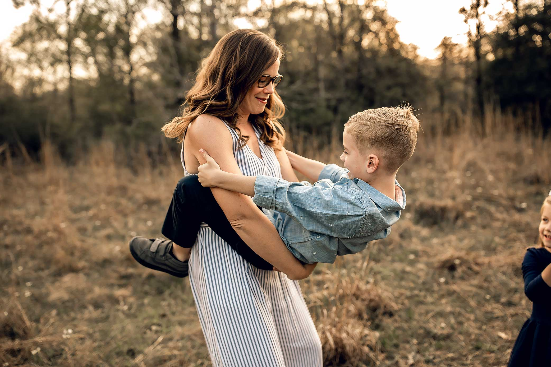 shelby-schiller-photography-lifestyle-family-session-with-3-kids-spring-2019-green-blue-yellow-college-station-10.jpg