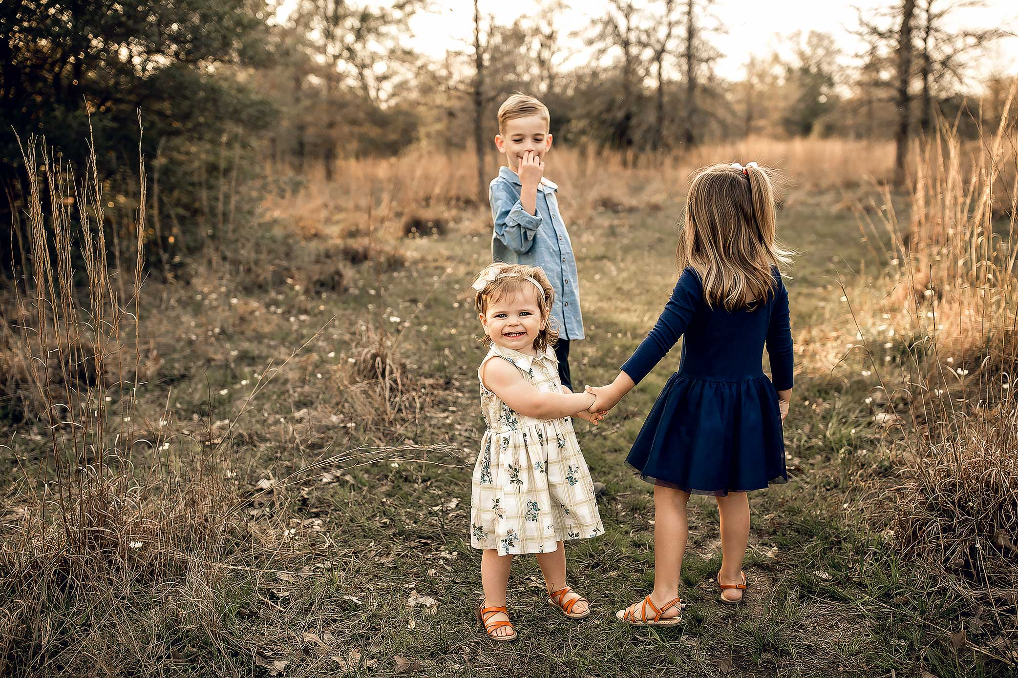 shelby-schiller-photography-lifestyle-family-session-with-3-kids-spring-2019-green-blue-yellow-college-station-17.jpg