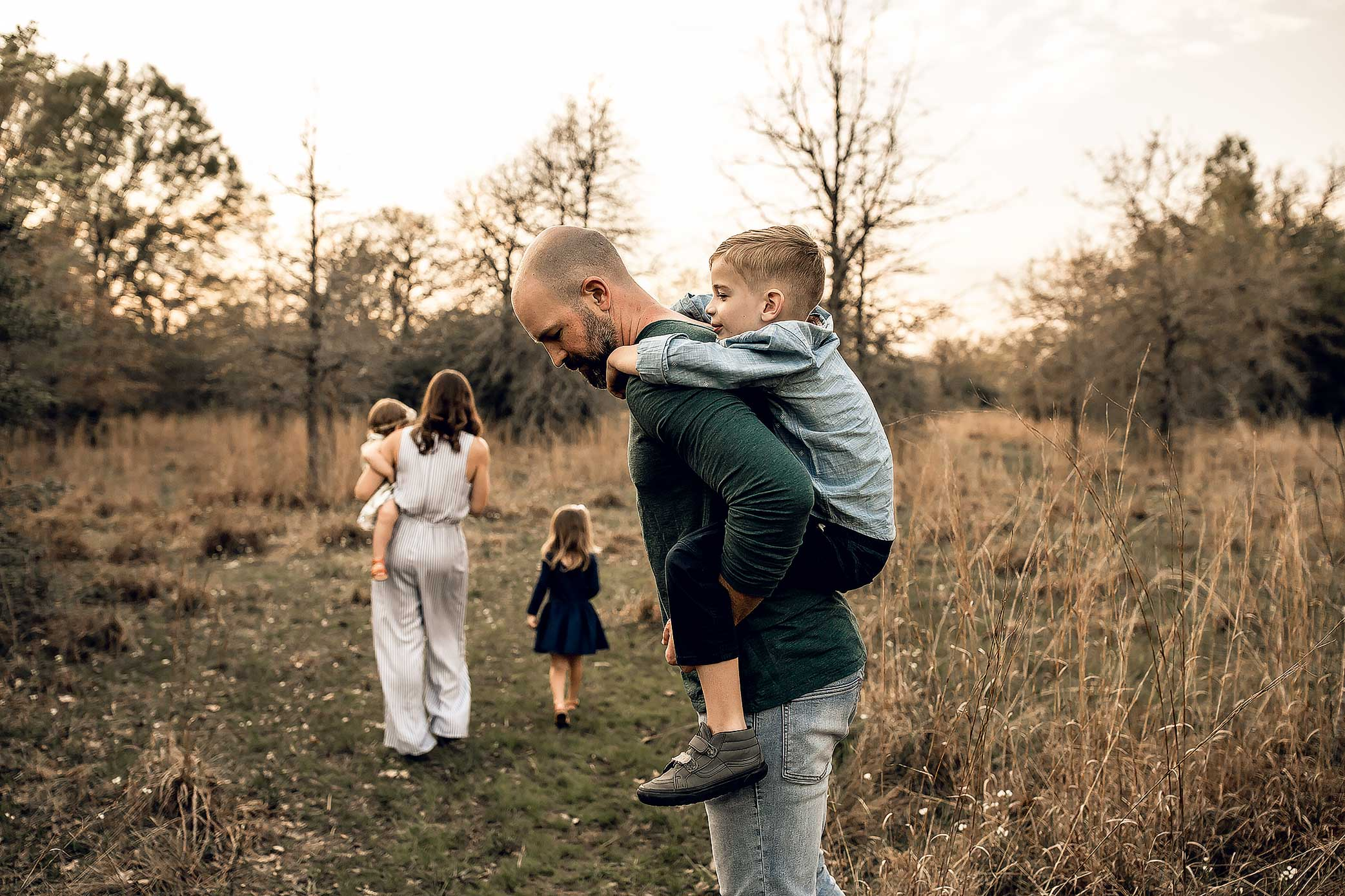 shelby-schiller-photography-lifestyle-family-session-with-3-kids-spring-2019-green-blue-yellow-college-station-42.jpg