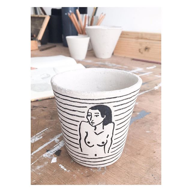 [Essais | Prototype | Peinture sur céramique | Nu féminin] • • • #nu #nuféminin #modelevivant #peinture #posca #noiretblanc #poterie #pot #decoration #homeinterior #objet #femme #féminité #odealafemme #prototype #etude #artfiguratif #artcontemporain #artiste #feminine #melissendescottdem