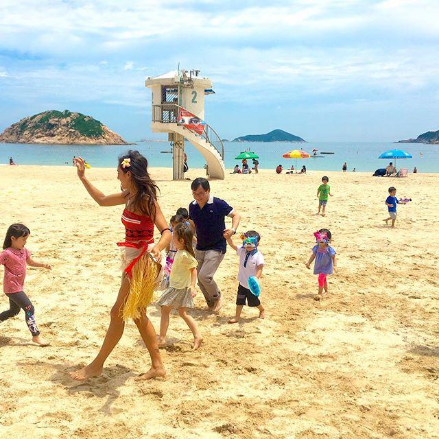 Dance with Moana 🌺🏝 #moanaparty #kidsparties #beachdays #shekobeach #beachparty #funtimes #smiles #kids #purpleturtlepartieshk #dancing #dance #fun #moana