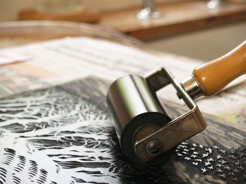 Niki Bowers  inking up the linoleum sheet
